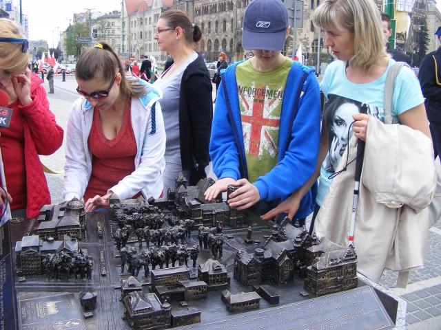 Na Placu Adama Mickiewicza u zbiegu ulic św.Marcin i Wieniawskiego stanęła makieta pokazująca centrum miasta. Stworzona została z myślą o osobach niewidomych i niedowidzących