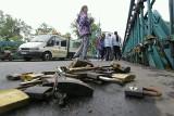 Wrocław: Odcinają kłódki na moście Tumskim (ZDJĘCIA)
