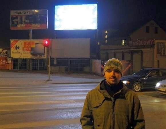 Karol Marszałek jest przeciwny świecącym reklamom- Tego typu reklamy nie powinny być ustawiane przy drogach, ponieważ oślepiają bardzo jaskrawym światłem – twierdzi Karol Marszałek, spotkany przy skrzyżowaniu ulic Wierzbickiej, Wjazdowej i Toruńskiej.