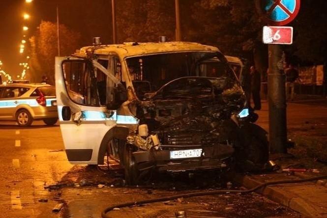 Do tragedii doszło wieczorem 9 października 2010. Na miejscu zginął 62-letni słupski taksówkarz Jan Z., a 56-letnia pasażerka Edwarda P. z Warszawy zmarła w szpitalu. Ranny też został drugi policjant z radiowozu Artur W. Po zderzeniu z taksówką radiowóz uderzył w słup latarni ulicznej i się spalił. Taksówka uderzyła w drzewo.