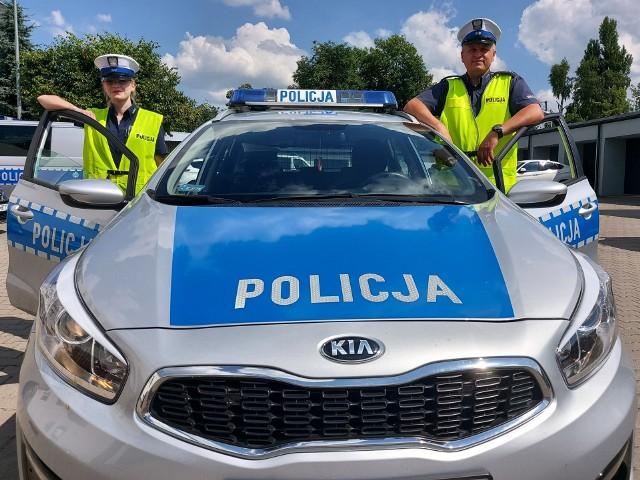 Dwoje zgierskich policjantów używając sygnałów świetlnych i dźwiękowych pilotowało ze Zgierza do Łodzi samochód z kobietą rodzącą dziecko.