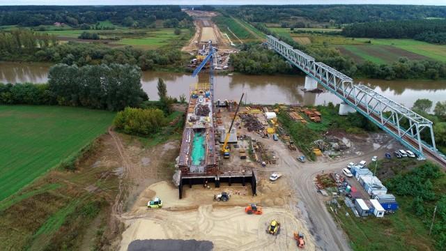 Nowy most ma bezkolizyjnie przeprowadzić ruch samochodowy w ciągu drogi ekspresowej S19 nad rzeką San. Szerokość koryta rzeki wynosi w tym miejscu 110 – 120 m.