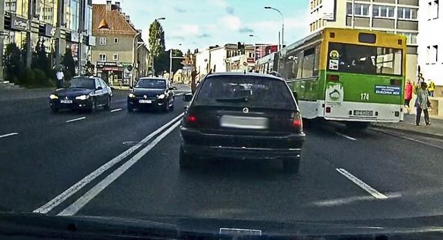 Na nagraniu wyraźnie widać nieodpowiedzialną jazdę kierowcy bmw