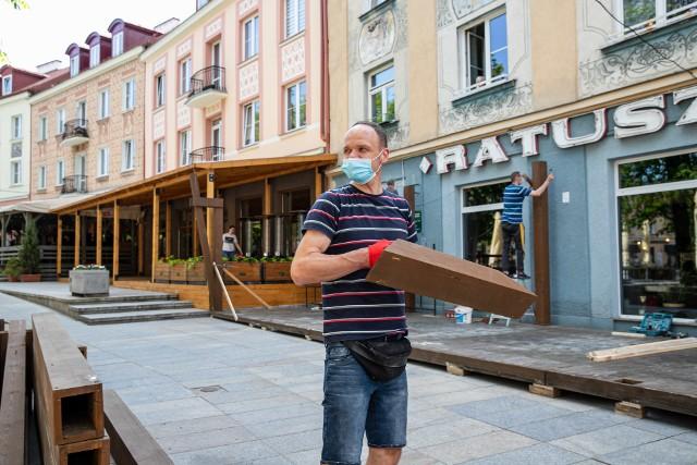 """Przed restauracją """"Ratuszowy"""" praca wre! Właściciele szykują ogródek. Cieszą się z ponownego otwarcia 15 maja"""