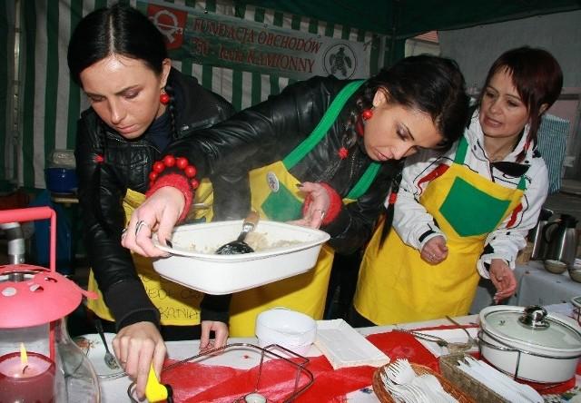 Podczas ostatniego kiermaszu słodkich rogali na stoisku fundacji uwijały się m.in.  Magdalena Mannek, Anna Dobkowicz i Maria Jolanta Paech, które sprzedały 2,5 tys. pysznych pierogów.