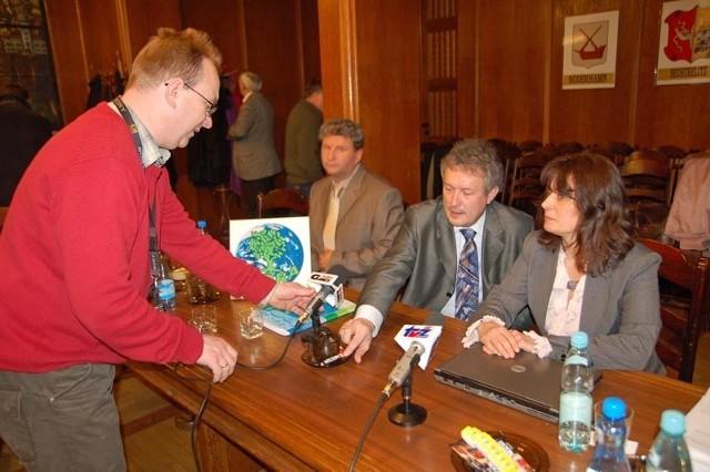Profesor Adam Grochowalski (w środku) i Joanna Pawłowicz z Terry podkreślali, że konieczne są badania emisji zanieczyszczeń z konkretnych kominów.