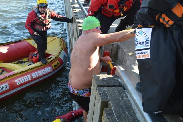 Piotr Biankowski melduje wykonanie zadania i wychodzi z wody.
