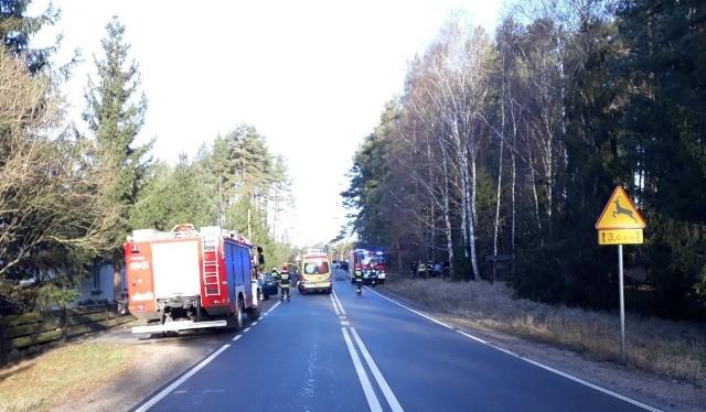 Dwie osoby zostały poszkodowane w wypadku, do którego doszło ok. godz. 7:00 w miejscowości Babilon w powiecie chojnickim. Samochód osobowy wypadł z jezdni i uderzył w drzewo.Kierująca oplem vectrą kobieta nie dostosowała prędkości do warunków panujących na drodze i zjechała na lewy pas, a następnie uderzyła w drzewo – wyjaśnia st. sierż. Justyna Przytarska, rzecznik KPP w Chojnicach. - W wyniku zdarzenia kobieta i jej 3-letnie dziecko trafiły do szpitala, jak się okazało, obrażenia nie były groźne. Kierująca została przebadana na okoliczność zawartości alkoholu w organizmie - była trzeźwa.