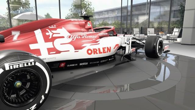 F1 2020 to najnowsza edycja oficjalnej gry Formuły 1, wyprodukowanej przez uznaną markę Codemasters. W grze mamy do dyspozycji m.in. tegoroczne zespoły i ich bolidy. Wszystkie idealnie odwzorowane, dlatego nie zabrakło ekspozycji PKN Orlen, będącego sponsorem tytularnym zespołu Alfa Romeo, w którym kierowcą rezerwowym i rozwojowym jest Robert Kubica. Sprawdź, jak prezentują się polskie akcenty w F1 2020, które zobaczą gracze na całym świecie.