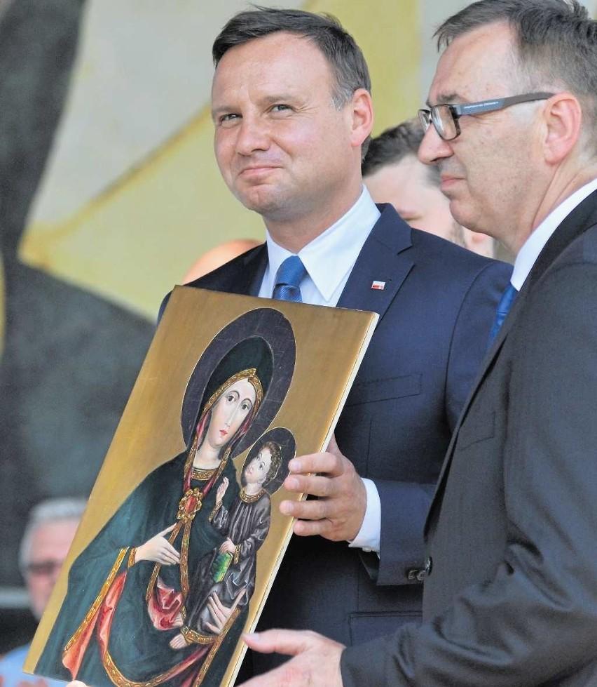 Religijność obejmującego urząd prezydenta Andrzeja Dudy to dla jednych zaleta, a dla innych wada. Boją się Polski wyznaniowej