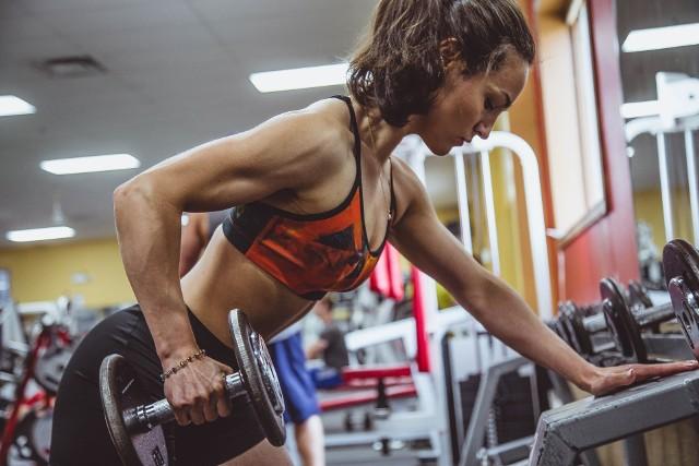 Marzysz o tym, aby dobrze wyglądać, zgubić trochę kilogramów i wyrzeźbić sylwetkę? Podpowiadamy, jak to zrobić najskuteczniej. Wybierz dyscyplinę, która najbardziej ci odpowiada i pamiętaj:najważniejsza jest systematyczność. Zobacz wideo: Polki podbijają świat bikini fitness. Na czym polega ta dyscyplina?Wideo: Dzień Dobry TVN