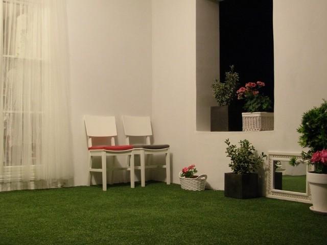 Tkana trawa na tarasieTkaną trawę w bardzo prosty sposób można ułożyć na zadaszonym balkonie lub tarasie.
