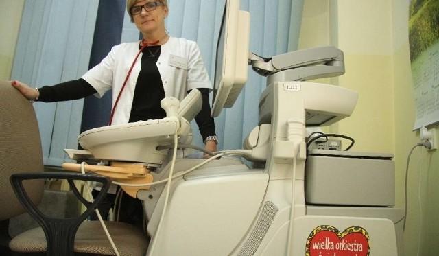Doktor Grażyna Karolczyk, ordynator oddziału onkologii i hematologii dziecięcej w szpitalu na Czarnowie prezentuje wysokiej klasy aparat do USG, podarowany w ubiegłych latach przez fundację.