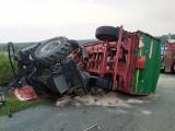 Wypadek ciągnika w Wysokiej. Kierowca został ranny, gdy ciągnik przewrócił się na drodze