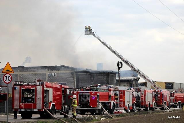 Pożar hali w Studzienicach. Dym i ogień widać było z daleka. Zobacz kolejne zdjęcia. Przesuń zdjęcia w prawo - wciśnij strzałkę lub przycisk NASTĘPNE
