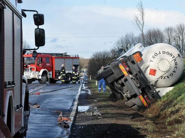 Wypadek w Kołaczkowie. Zderzenie cysterny z samochodem osobowym
