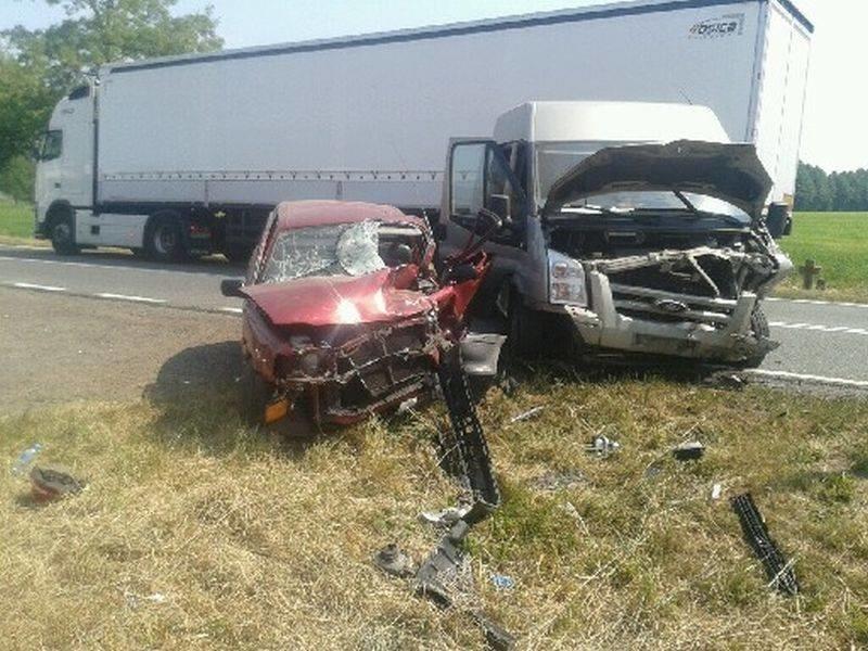 Według wstępnych ustaleń policjantów 29-letni kierowca forda transita z nieustalonej przyczyny zjechał na przeciwległy pas ruchu i zderzył się z toyotą yaris.