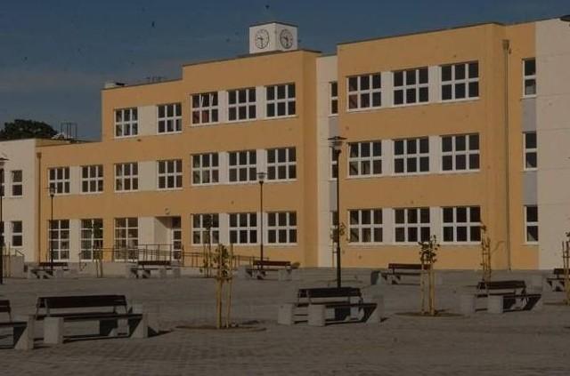 W zeszłym roku uczniowie i nauczyciele przenieśli się do zupełnie nowego gmachu.