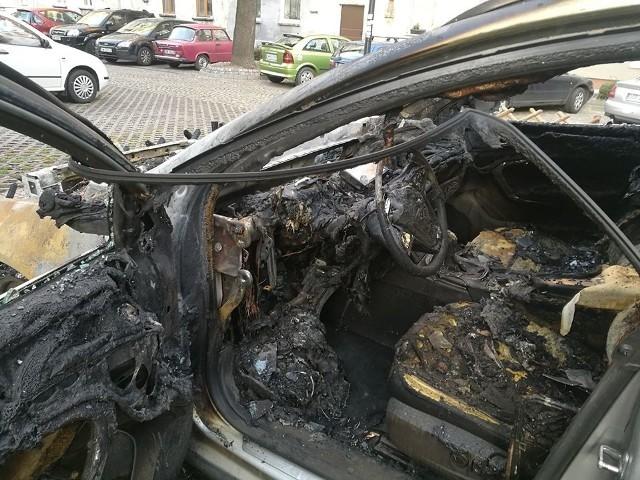 Auto spaliło się w sylwestrową noc. Wcześniej leżały koło niego gotowe do użycia fajerwerki