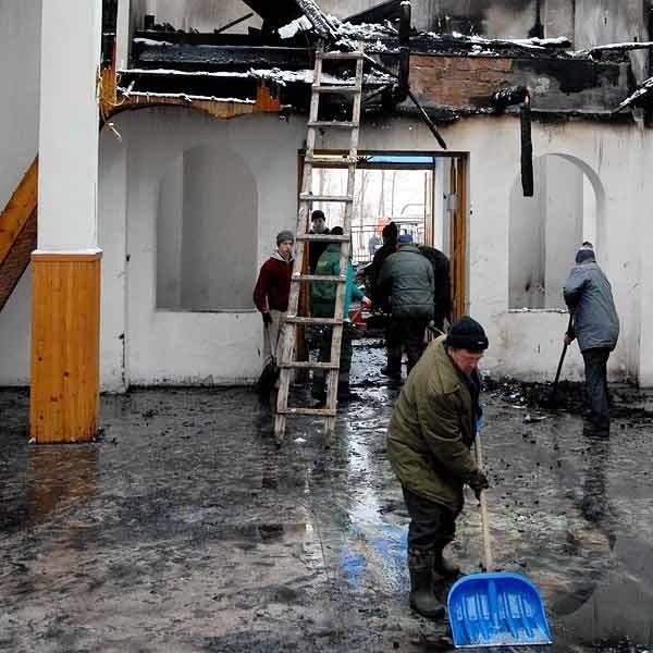 Pożar wybuchł 2 bm. Dzień później mieszkańcy porządkowali zniszczone wnętrze świątyni.