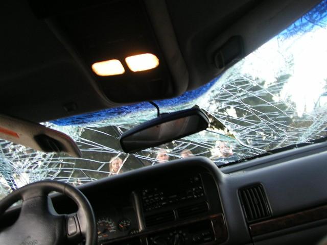 Zderzenie osobówki i samochodu ciężarowego w Bydgoszczy u zbiegu ulic Kamiennej i Łęczyckiej wyglądało groźnie, ale nikt nie został ranny w tej stłuczce