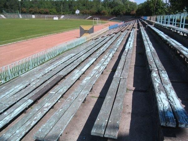 Część drewnianych ławek jesienią zostanie wymieniona na plastikowe fotele.