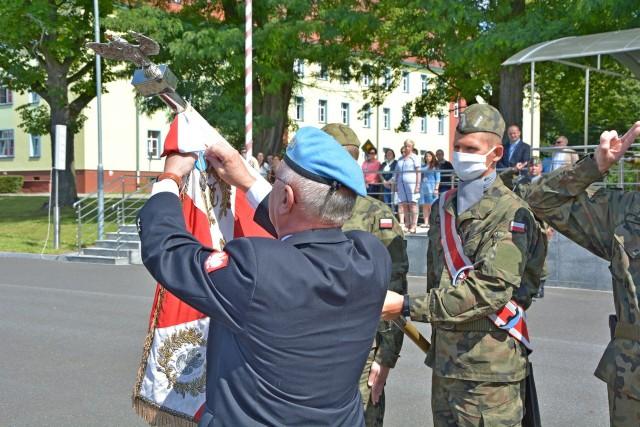 Sztandar Centrum Szkolenia Sił Powietrznych udekorowany został srebrnym medalem za zasługi dla wieloletniej służby żołnierzy Centrum w misjach pokojowych Organizacji Narodów Zjednoczonych.