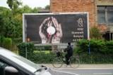 STOP Komunii Świętej na rękę! - głoszą billboardy, które pojawiły się również w Poznaniu w październiku 2020 r.