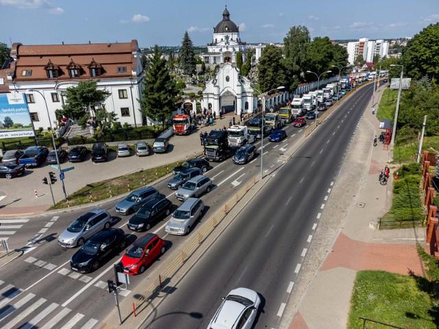 Białystok. Kierowcy ciężarówek w wyjątkowy sposób pożegnali zmarłego tragicznie Roberta Starostę