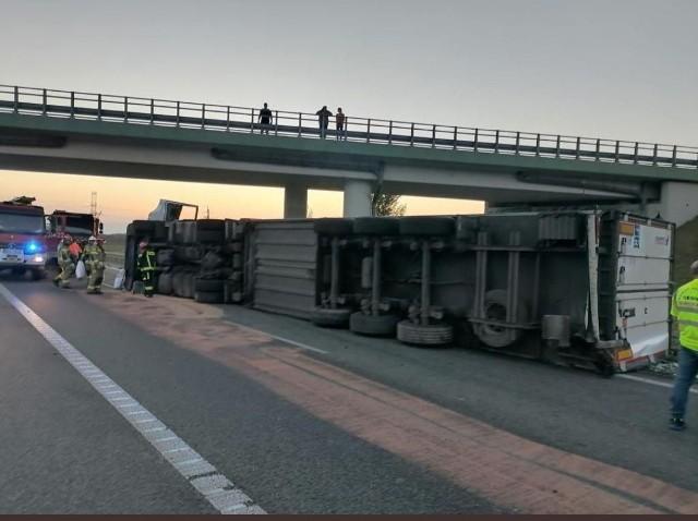 Tir wywrócił się pod wiaduktem na drodze krajowej numer 50 w Drwalewie i zatarasował drogę.