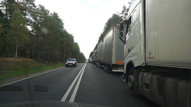 Olbrzymie trudnienia na przejściach granicznych z Białorusią. Przed Bobrownikami i Kuźnicą utworzyły się korki. Tiry czekają na odprawę