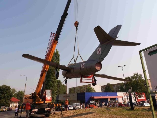 Stojący od 39 lat w Andrychowie samolot Lim-2 stał się symbolem miasta. Wyprodukowany w kwietniu 1956 roku w WSK Mielec służył w lotnictwie wojskowym blisko 20 lat. Do miasta trafił jako dar Ludowego Lotnictwa Polskiego dla mieszkańców  w grudniu 1976 roku.