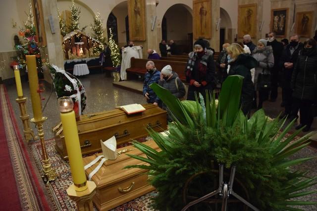 Biskupów żegnali wierni zgromadzeni na mszy w kościele Pierwszych Męczenników Polski.