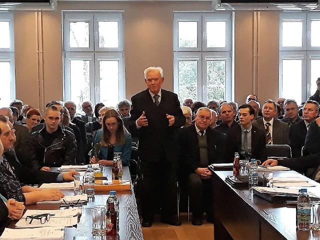 Do tej pory Kcynia miała 13 honorowych obywateli. Kolejny tytuł otrzymał w środę na sesji Rady Miejskiej Kcyni Jan Polewczyński, zasłużony pedagog i nauczyciel, długoletni dyrektor LO w Kcyni.Jego portret, tak jak innych honorowych obywateli Kcyni,   umieszczono w sali sesyjnej ratusza. Odsłonił go wczoraj przy aplauzie sali wnuk Jana Polewczyńskiego. Obecna była też córka oraz wielu przyjaciół i byłych uczniów. O uhonorowanie w ten sposób zasłużonego pedagoga wnioskowali:  Antoni Semrau, Maria Mańkowska, Tomasz Zmudziński, Adam Zubrzycki oraz grupa 395 mieszkańców. Kcyńscy rajcy przyklasnęli inicjatywie. Decyzję  podjęli  jednogłośnie.  Jan Polewczyński dziękował wczoraj wszystkim za to wyróżnienie. Podkreślał, że otrzymanie tego tytułu to dla niego zaszczyt.   Dalsza część uroczystości odbyła się  wczoraj w murach  LO. Wspomnieniom  i gratulacjom nie było końca. Wideo: Pogoda na dzień + 2 kolejne dni (01 + 02-03.02.2018) | POLSKAźródło: TVN Meteo/x-news