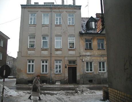 Kamienica przy ul. Senatorskiej 7 jest pierwszym budynkiem w Łomży, który odzyskała Fundacja Ochrony Dziedzictwa Żydowskiego. Organizacja domaga się kolejnych nieruchomości w południowej części miasta. - Proponowaliśmy, aby rokowaniami objąć całość i wypracować korzystne dla obu stron rozwiązanie, ale miasto się nie zgodziło - mówi Monika Krawczyk, dyrektor fundacji. - W innych miastach, Chełmie czy Siemiatyczach zawieramy takie ugody, a potem wspólnie działamy na rzecz upamiętniania społeczności żydowskiej.
