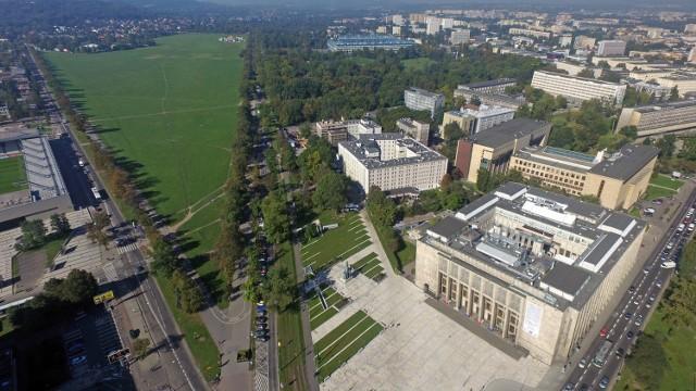 """Dzielnica V to m.in. gmachy Muzeum Narodowego czy Biblioteki Jagiellońskiej (po prawej). Tu znajduje się park Jordana oraz największy stadion w Małopolsce (w głębi). """"Piątka"""" sięga po al. 3 Maja i jest sąsiadką Błoń"""