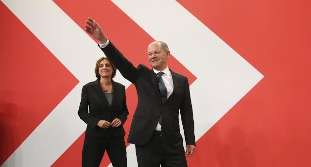 Dr Piotr Kubiak: Olaf Scholz jest politykiem, który pokazał w przeszłości, a i teraz widzimy w ostatnich dniach, że potrafi wygrywać dla swojej partii. To polityk mający pewną charyzmę, ma ogromne doświadczenie w polityce, choć nie jest to typ nowoczesnego lidera