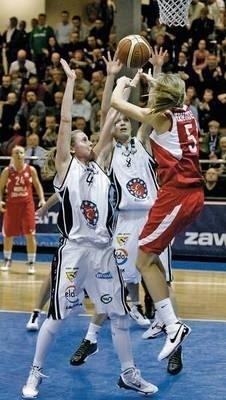 Marta Fernandez (Wisła Can-Pack) rzuca nad rękami Justyny Żurowskiej i Katarzyny Dźwigalskiej z KSSSE AZS Fot. PAP/Lech Muszyński