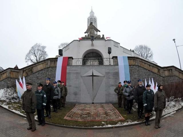 Pomnik poświęcony ofiarom katastrofy smoleńskiej przed białostockim kościołem św. Rocha