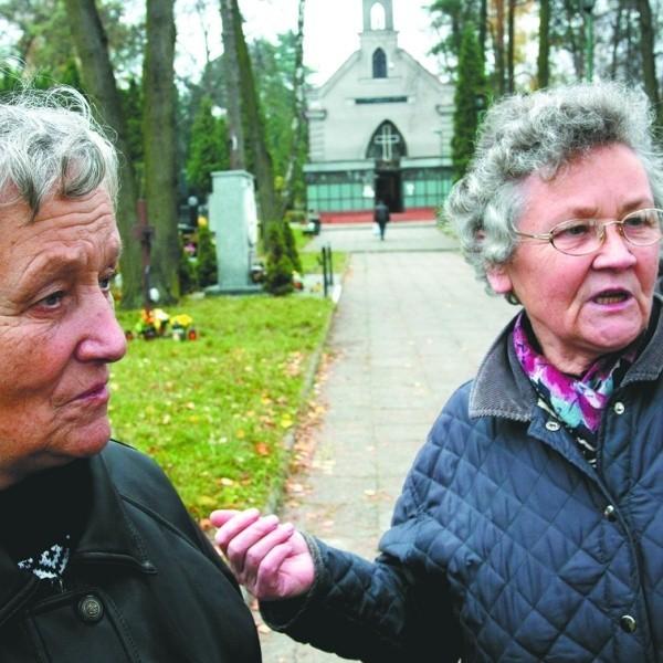 Na takich ludzi słów brak – mówią panie Stanisława (z prawej) i Łucja. Dodają, że kradzieże na cmentarzach zdarzają się często.