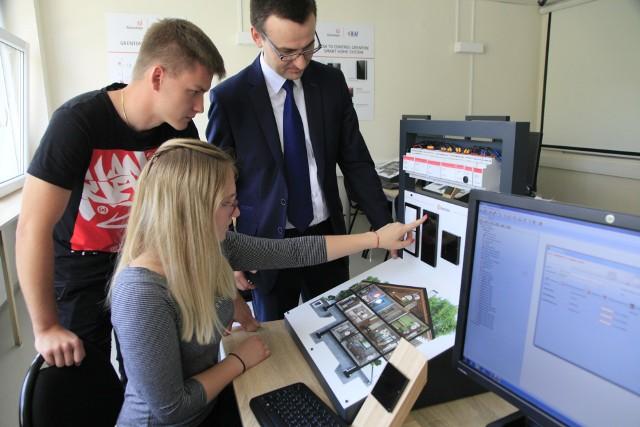Studenci Politechniki Łódzkiej mogą od wtorku (12 czerwca) zdobywać wiedzę z zakresu inteligentnych systemów automatyki budynkowej w nowoczesnym laboratorium dydaktycznym.