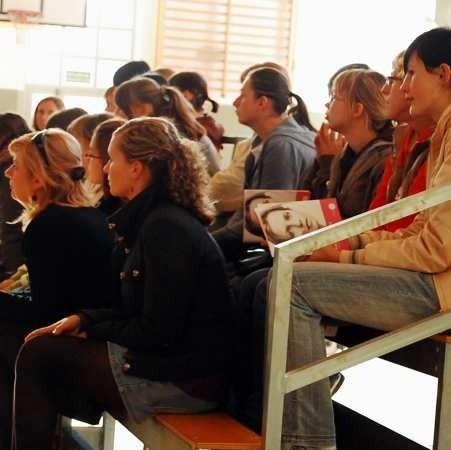 Dziewczęta i ich rodzice z zainteresowaniem obejrzały film o skutkach jakie wywołuje rak szyjki macicy.