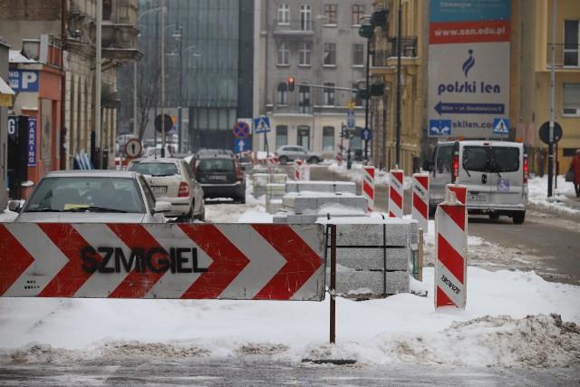 Roboty na placu budowy ul. Sienkiewicza znów zostały wstrzymane. Tym razem na przeszkodzie stanęła zima. Remont ul. Sienkiewicza od al. Piłsudskiego w kierunku ul. Narutowicza ruszył około 2 lat temu, w maju 2019 r.