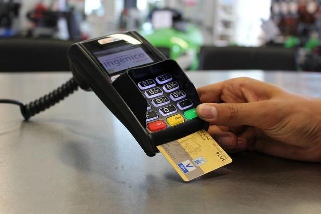 Przy droższych transakcjach w sklepie koniecznie jest wpisanie numeru PIN.