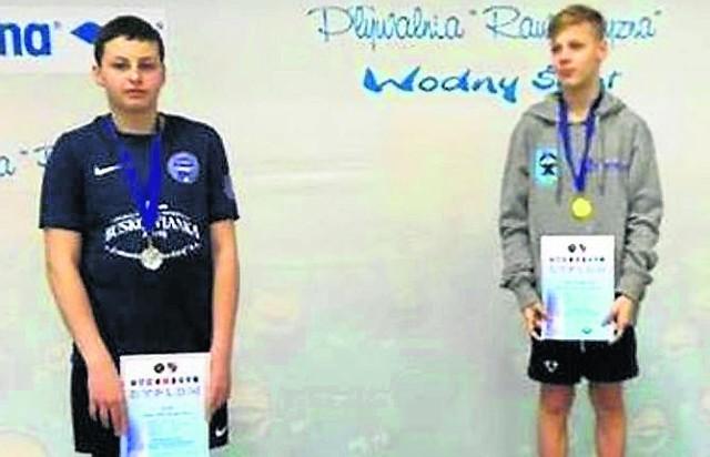 Jan Lis (z lewej) na podium mistrzostw młodzików  w Ostrowcu Świętokrzyskim. To sukces utalentowanego pływaka buskiej Unii.
