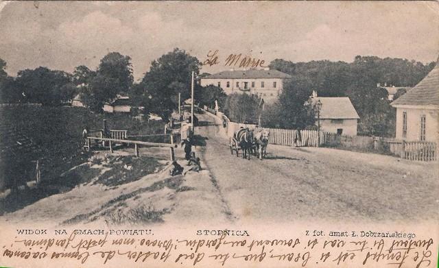 1900 rok, Fragment miejscowości. Budynek Starostwa za mostkiem to pozozostałości dawnego zamku.