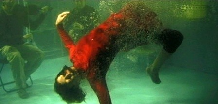 """Muzyka płynie"""", mówimy. Ale - w basenie? Zobaczcie, jak w teledysku grupy SzaZa odrealniona, podwodna przestrzeń powoli napełnia się dźwiękami i elementami wyposażenia wnętrz."""
