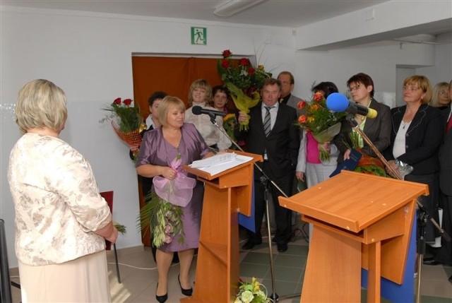 Dyrektor Krystyna Skibicka przyjmuje gratulacje i upominki od licznych gości.