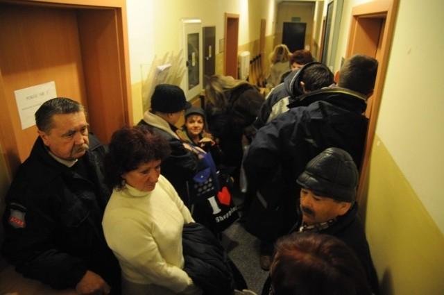 Pierwsi kolejkowicze ustawili się przed budynkiem przy ulicy Budowlanych jeszcze w nocy. Tuż po godzinie 7 kolejkę zaczęli obsługiwać urzędnicy, przyjmujący wnioski.