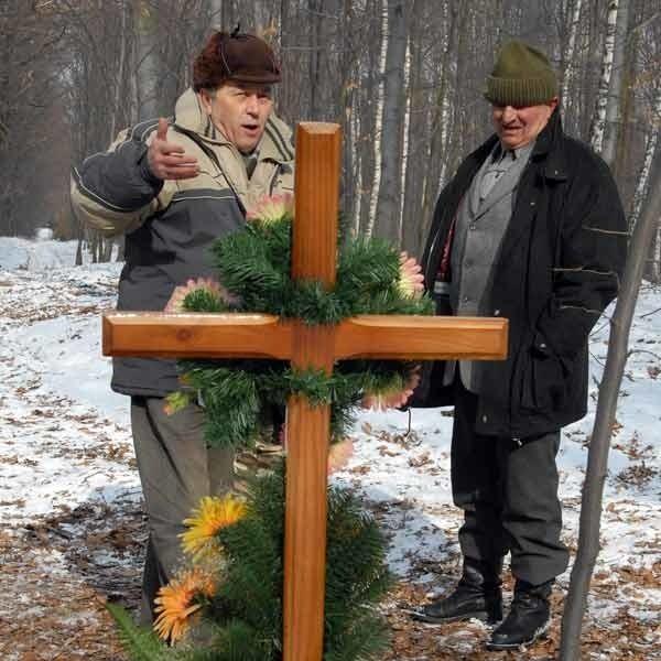 W miejscu znalezienia ciała Dariusza Szady rodzina i znajomi postawili krzyż.